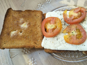 Making tomato cheese toasted sandwich